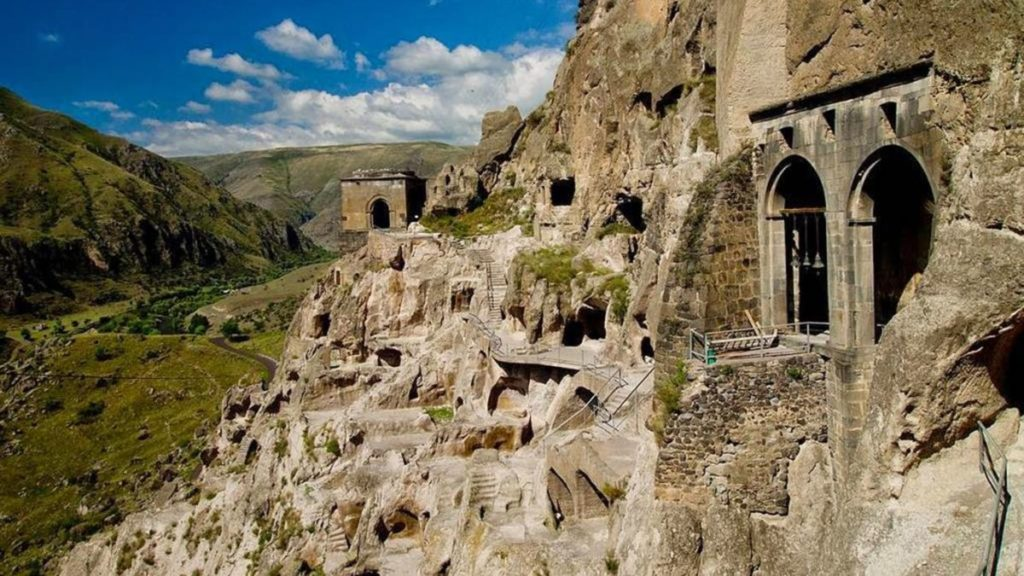 Монастырь Вардзиа вид со стороны
