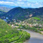 река и вид на город