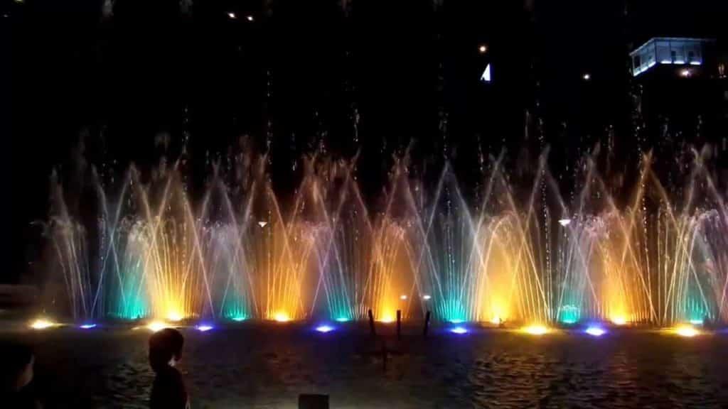 фонтан ночью