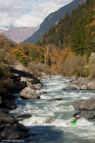 бурлит река