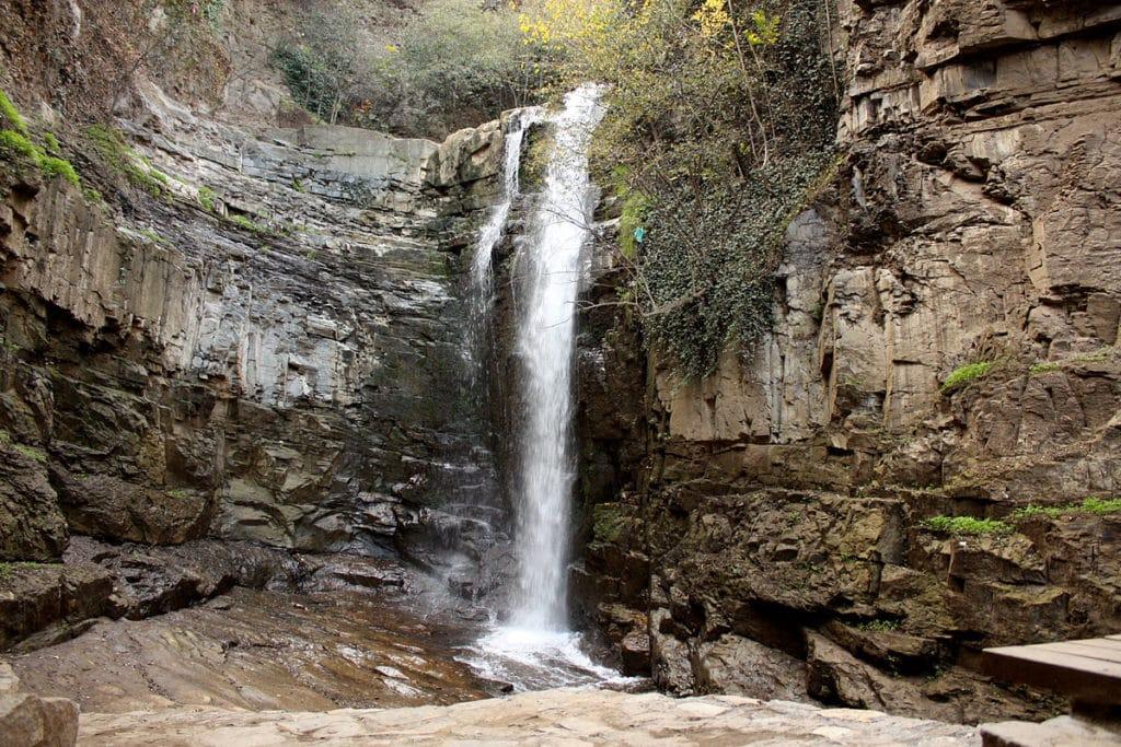 Каньон с водопадом в центре Тбилиси