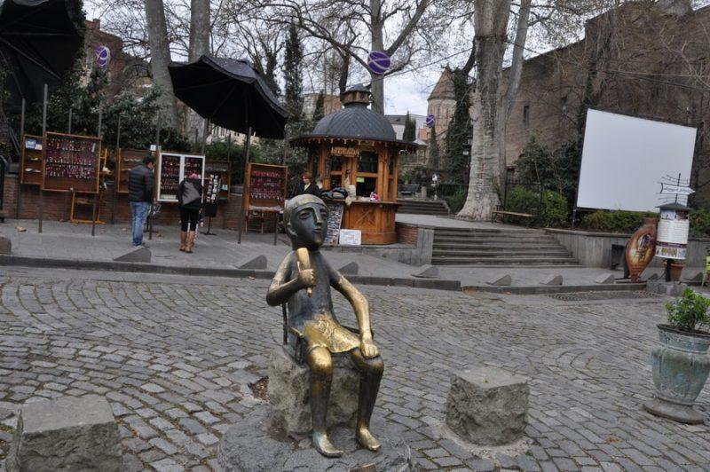 Памятник тамаде