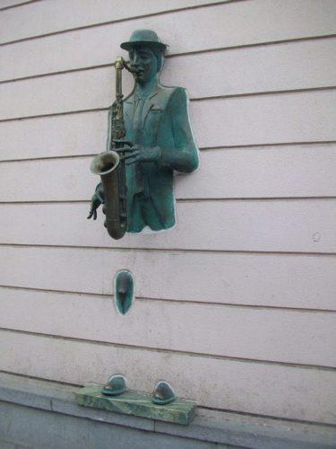 скульптура саксофониста на стене дома № 22